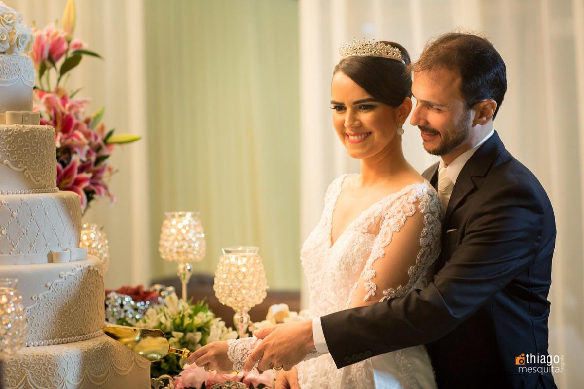 Corte do Bolo na festa de casamento no CDL Convenções