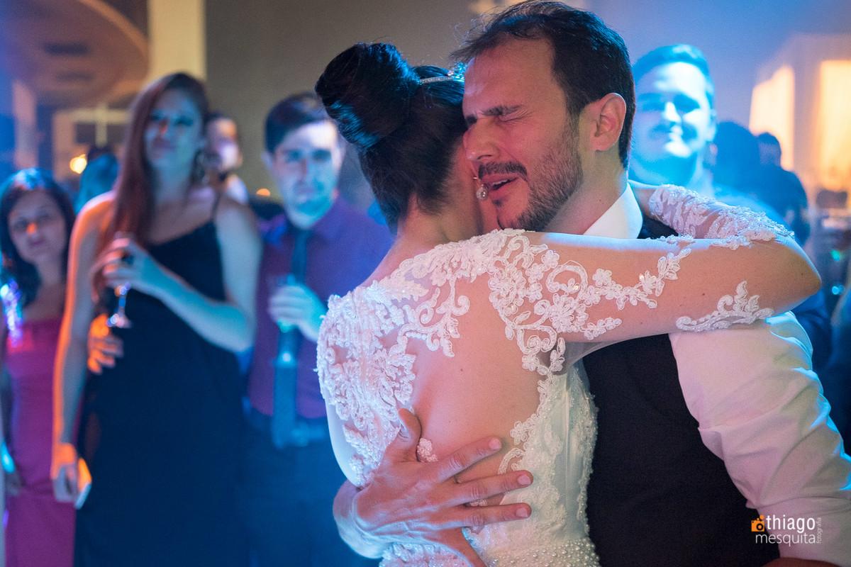 Noivo emotivo na dança dos noivos na Recepção de casamento no CDL Convenções