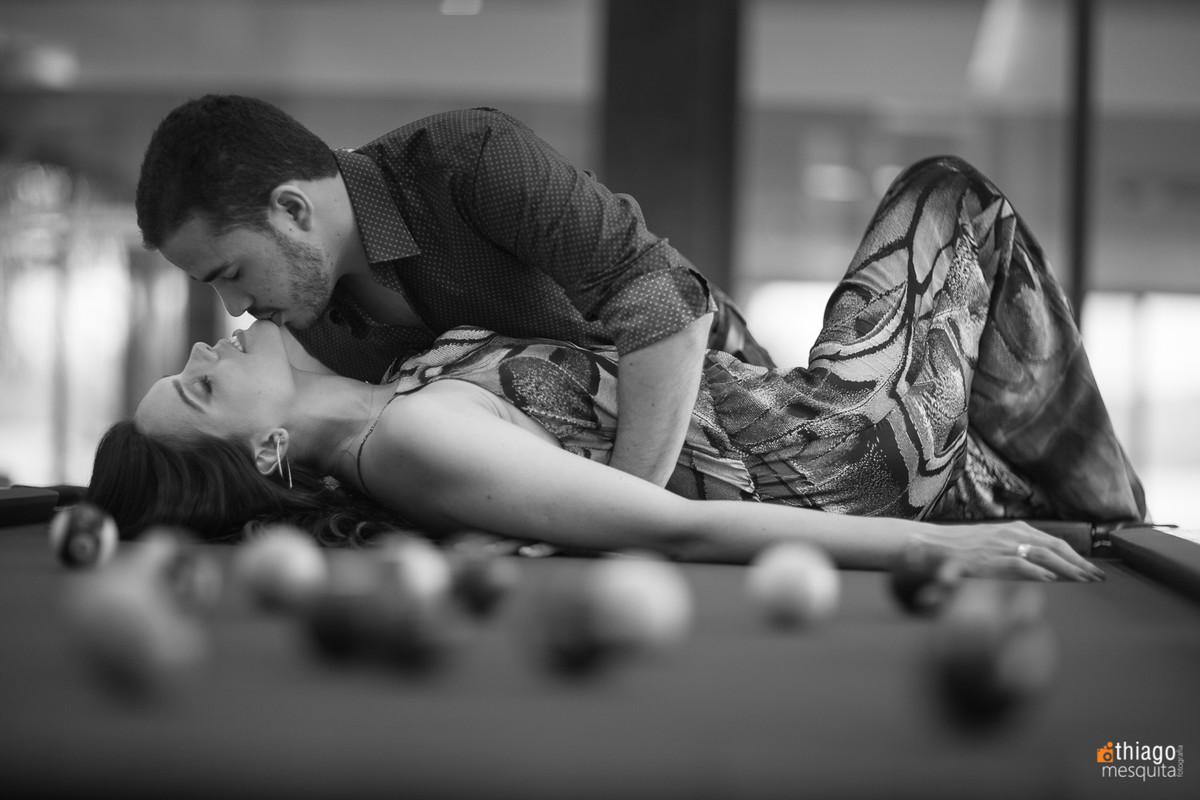 Prewedding ousado, foto acima da mesa de bilhar , pelo fotografo Thiago Mesquita