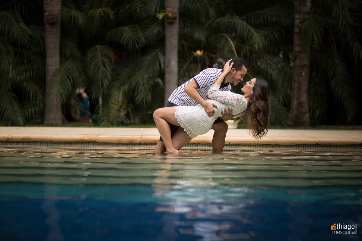 foto romântica na beira da piscina pelo fotografo Thiago Mesquita