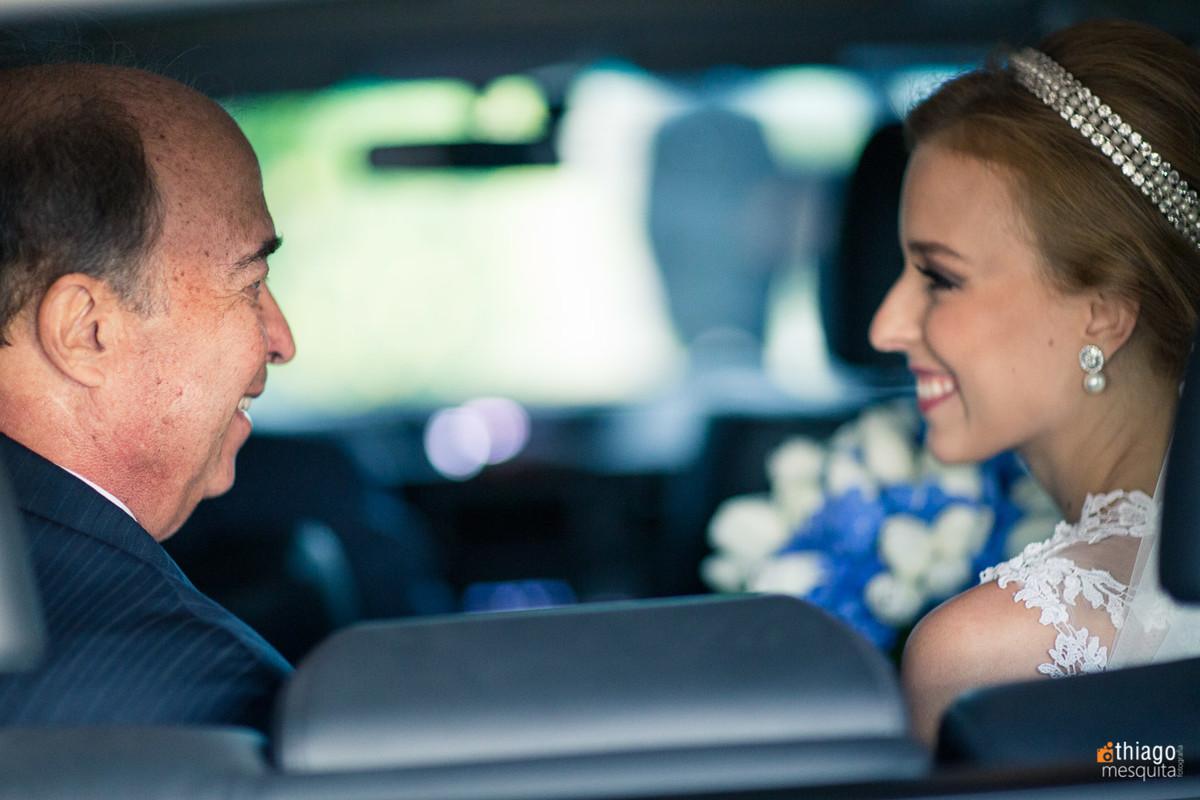 momento emotivo entre pai e noiva no carro, Thiago Mesquita Fotografia