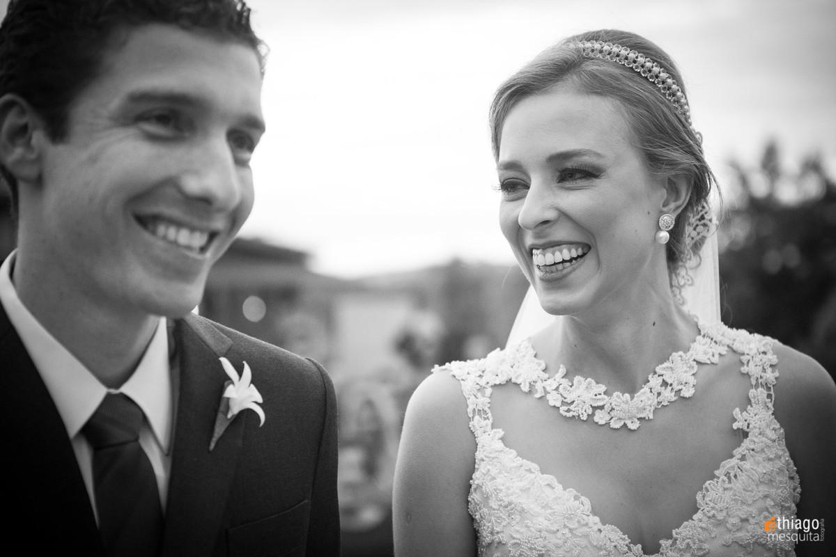 alegria dos noivos Renata e Marcelo, registro em preto e branco