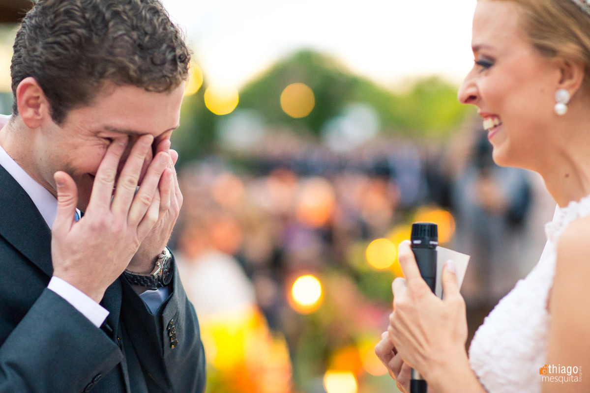 noivo emocionado com os votos da noiva Renata na Cerimônia de casamento