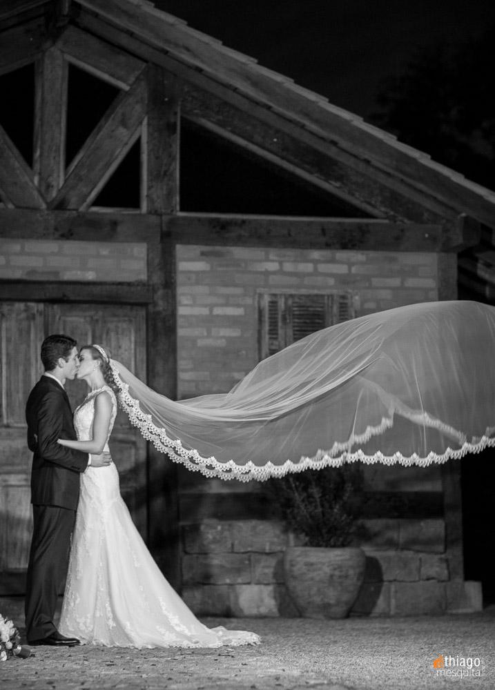Registro em preto e branco do ensaio após a cerimônia dos noivos Renata e Marcelo