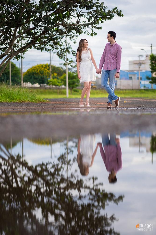 Reflexo na poça de agua do casal no ensaio de prewedding