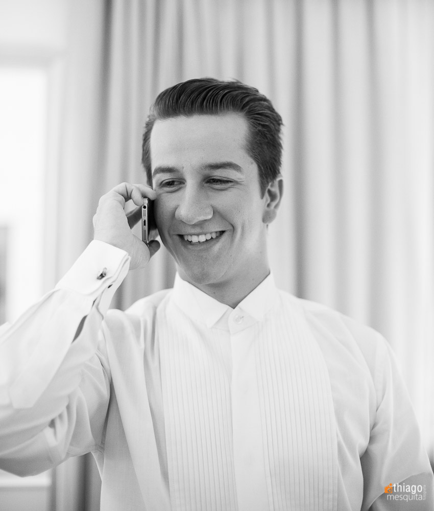 Noivo ansioso no telefone minutos antes da cerimônia, registro em preto e branco pelo fotografo Thiago Mesquita