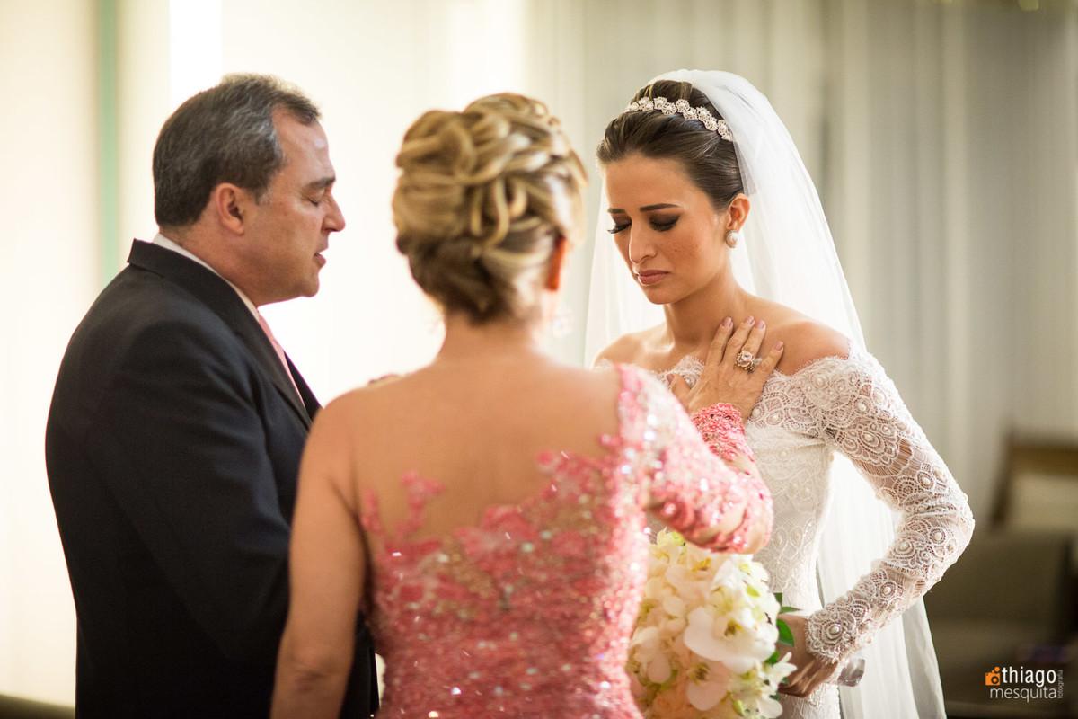 Oração de Benção pela noiva Danielle em making of, Casamento em Brasilia. Fotografo Thiago Mesquita