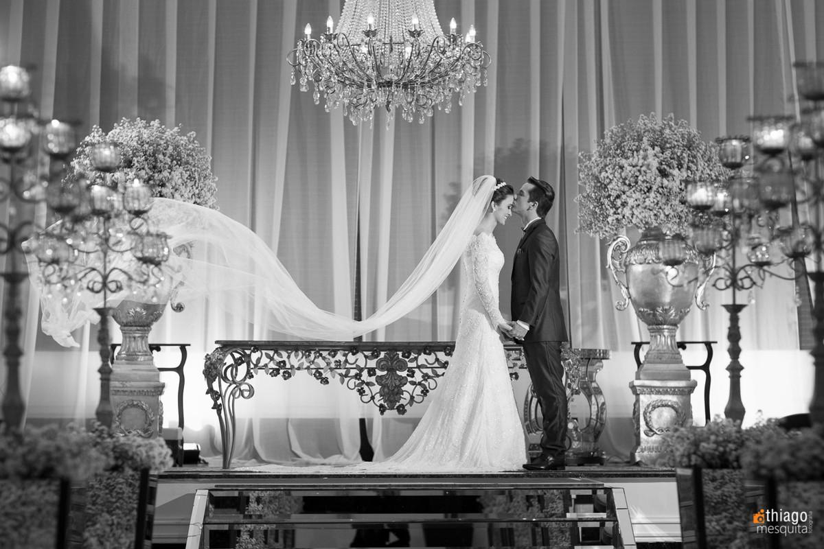 Registro em preto e branco dos noivos no altar, pelo fotografo Thiago Mesquita