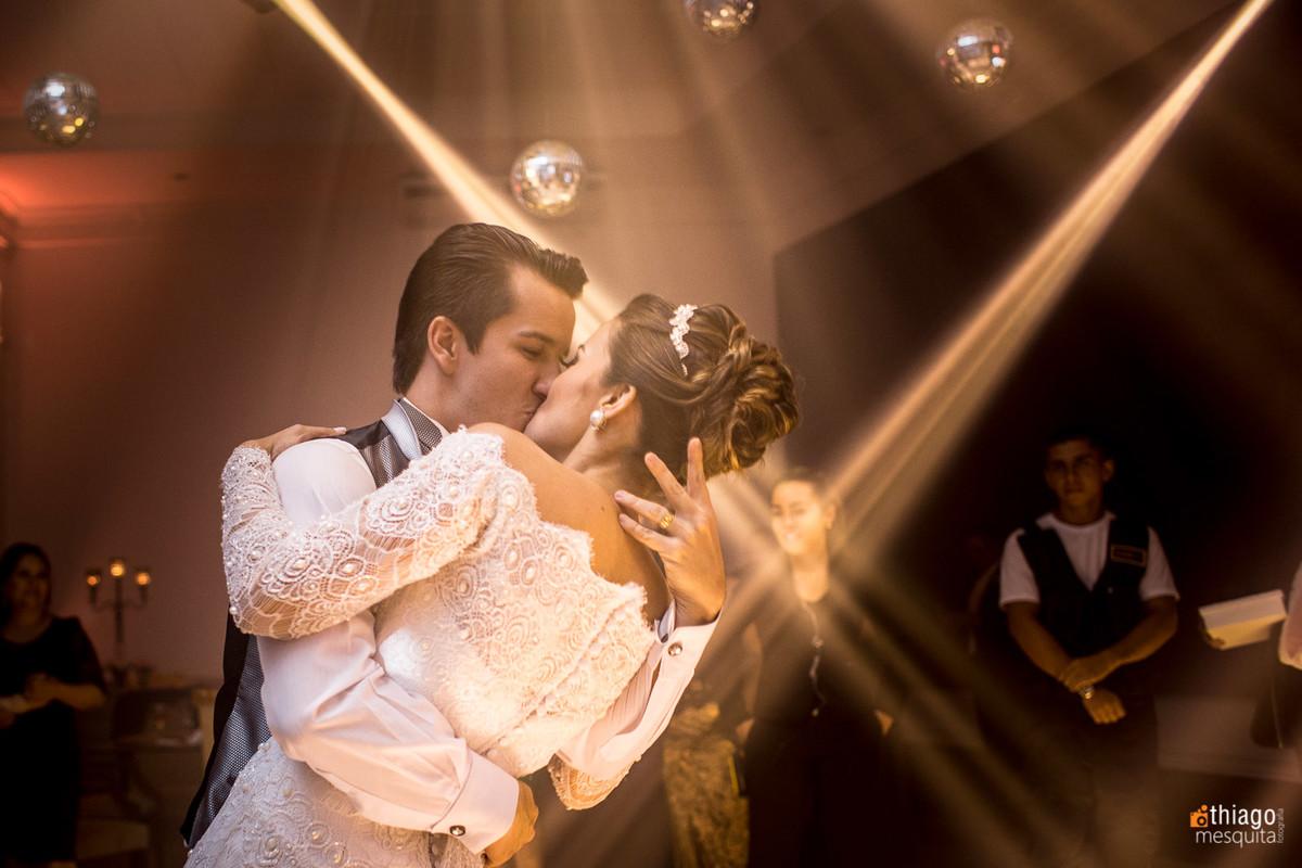 Beijo dos noivos na festa de casamento em Brasilia DF, pelo fotografo Thiago Mesquita