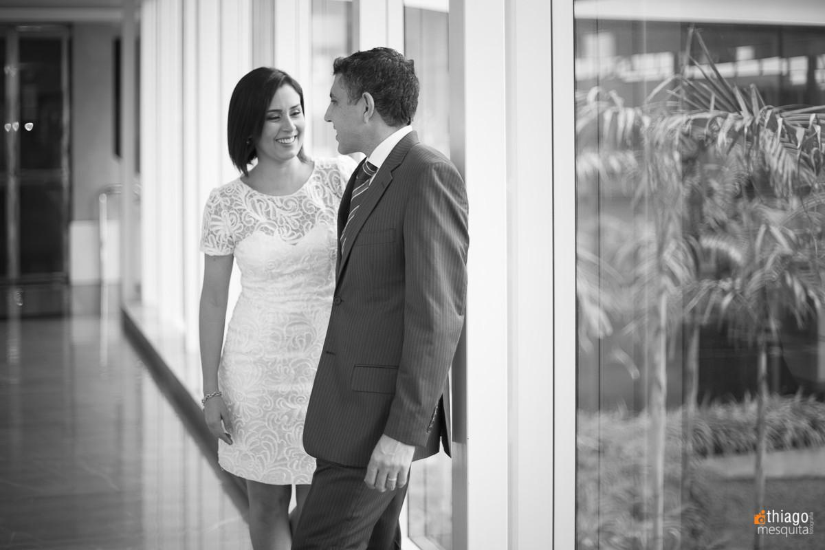 Registro do casal Gabriela e Adriano em preto e branco no hotel