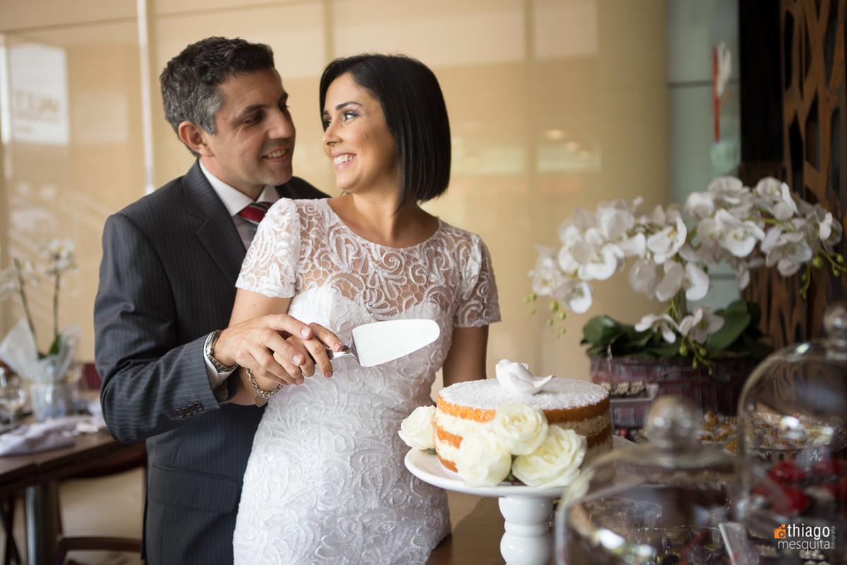 Corte do Bolo, na recepção de Casamento Civil de Gabriela e Adriano, pelo fotografo Guilherme Araújo, da equipe Mesquita Fotografia