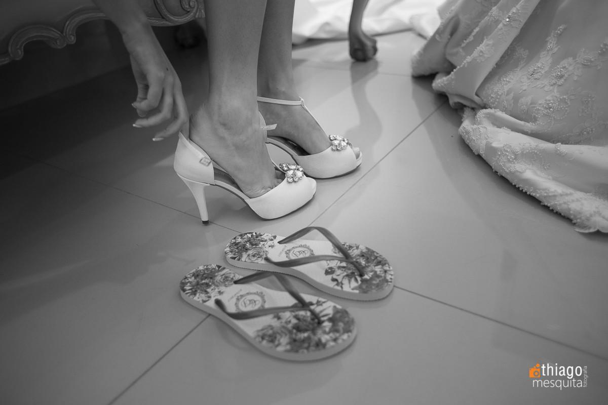 detalhes na troca de sapato da noiva camila, foto preto e branco do fotografo Thiago Mesquita