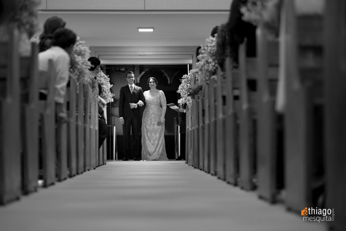 entrada do noivo Daniel com a mãe na igreja