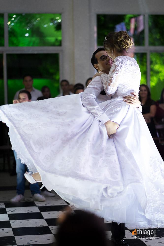 Noiva dançando na festa de recepção no CDL convenções
