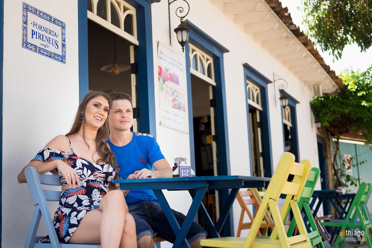 casal em sessao de prewedding em um bar em pirenopolis