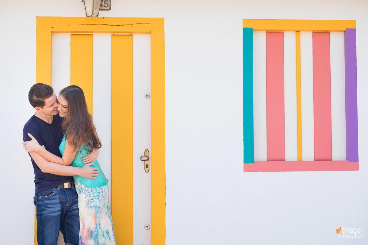 jaqueline e guilherme em pirenopolis goias para pre casamento - janelas e portas coloridas