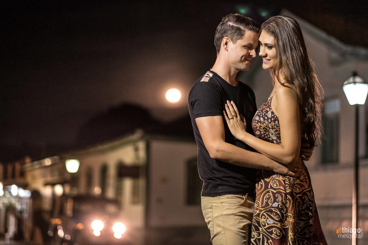 sessão de pre casamento no centro histórico de pirenópolis, a noite