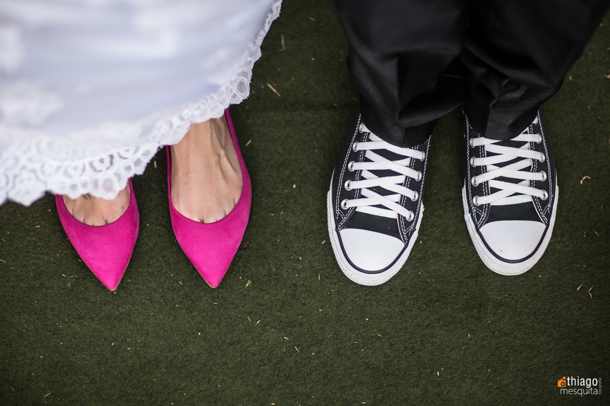 noiva com sapato rosa e noivo de all star