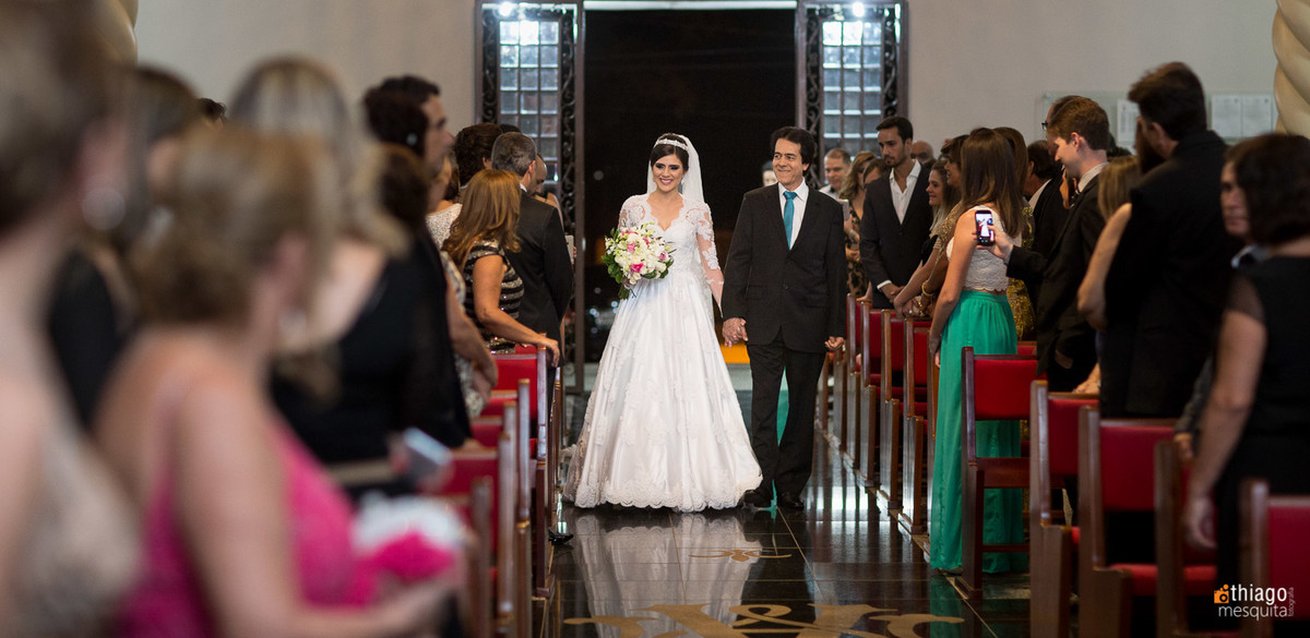 noiva no corredor da igreja