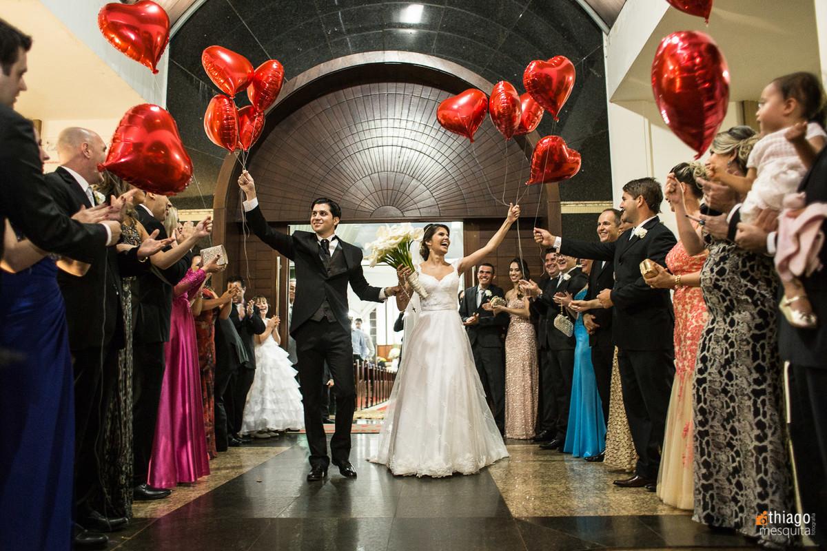 soltar balões de coração na saída dos noivos na igreja