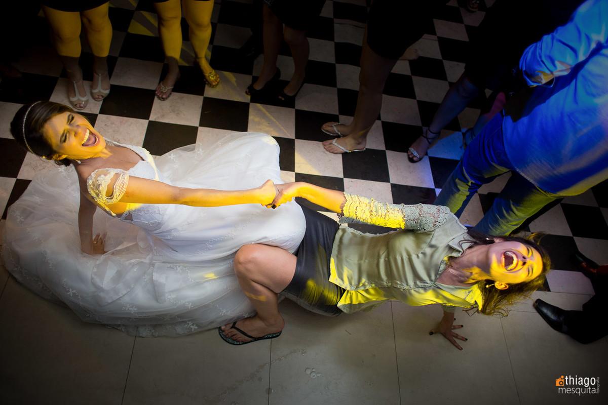 Noiva dançando com amiga requebrando até o chão em Itumbiara