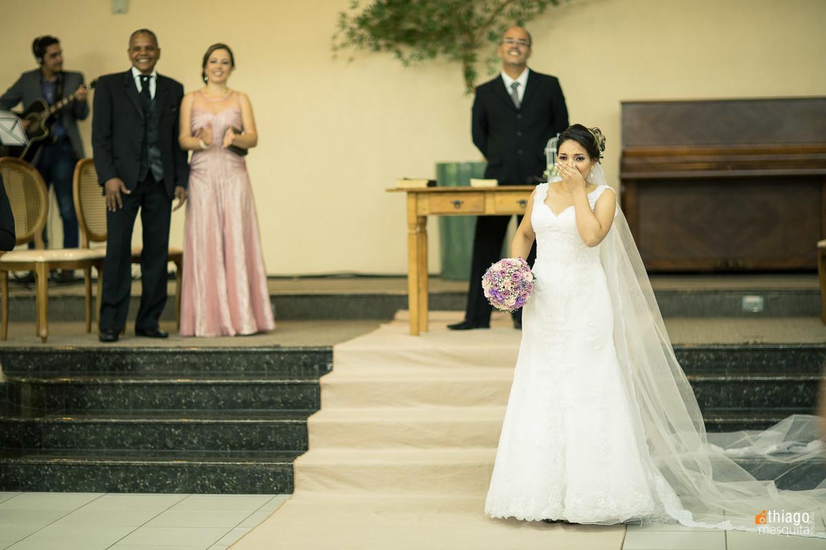Noiva surpreende o noivo entrando primeiro