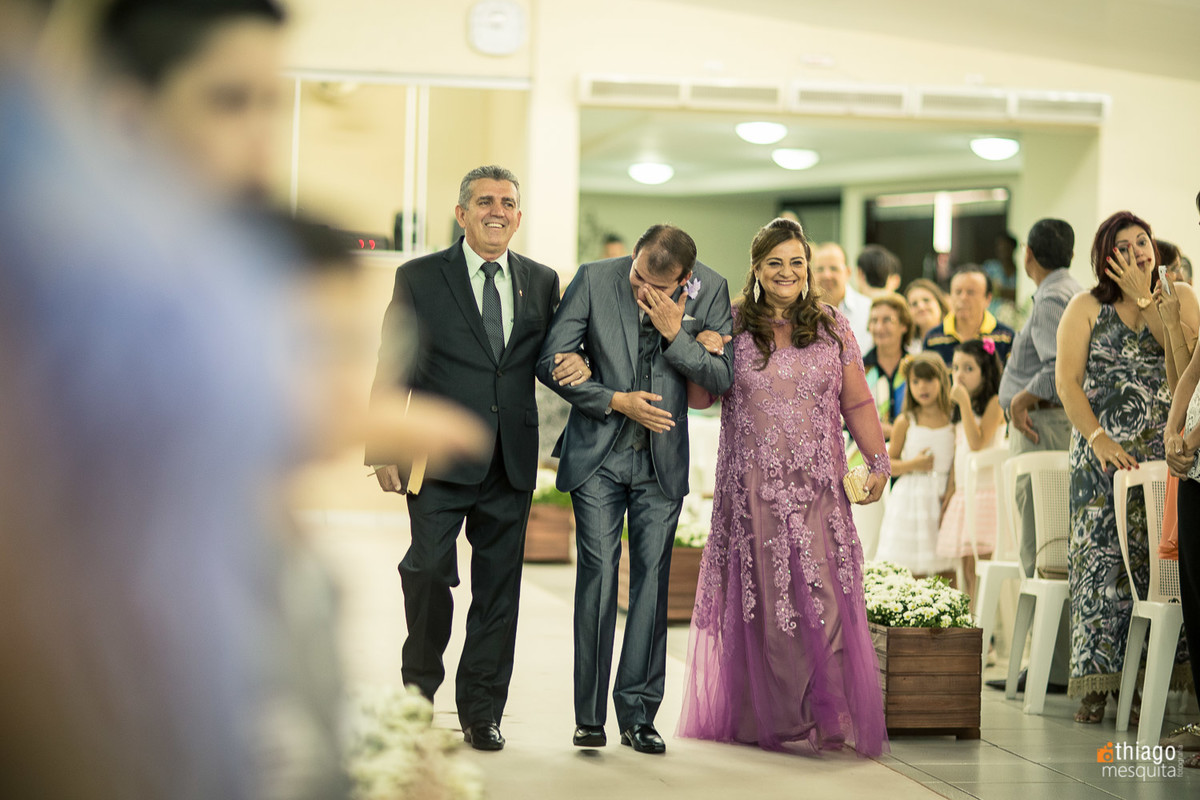 Emoção do noivo ao ver a noiva