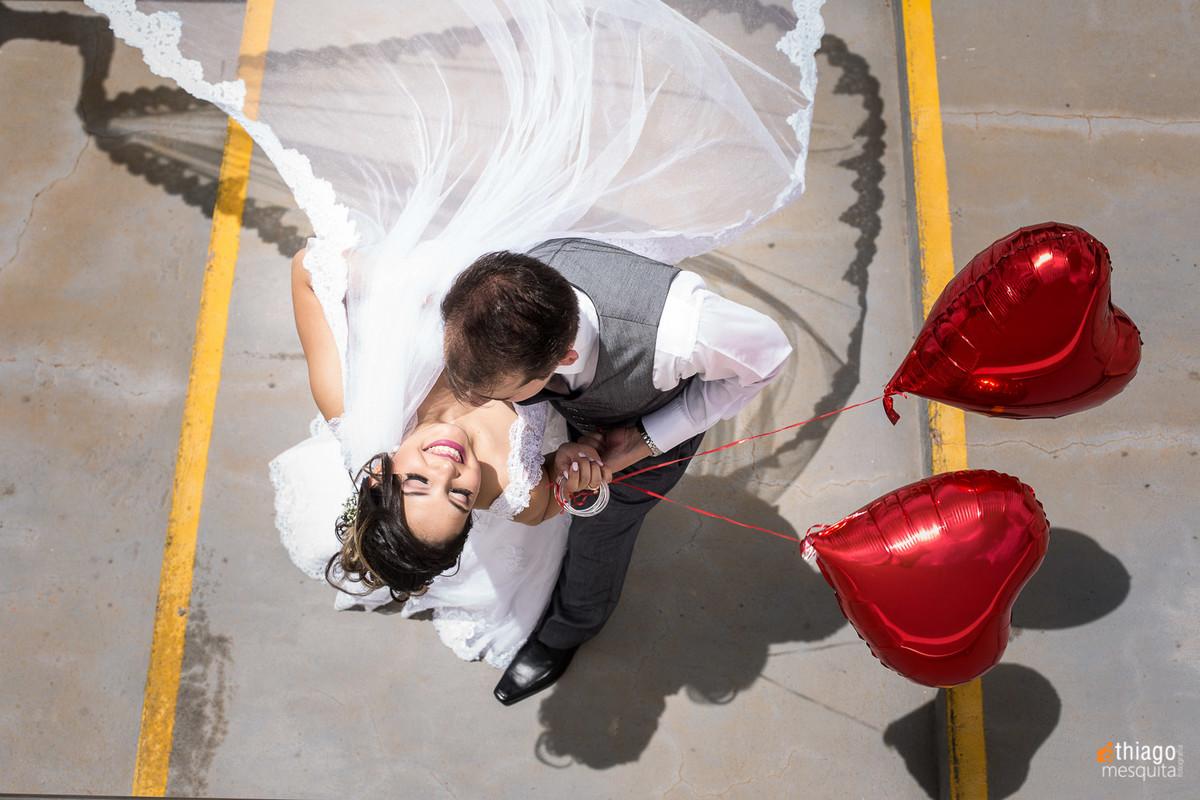 Fotos de casal no teatro municipal em Uberlândia MG com balões de coração vermelho