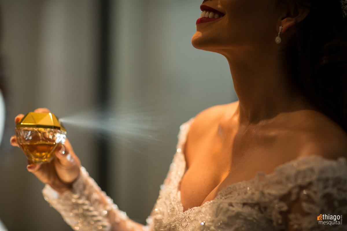 Noiva passando perfume