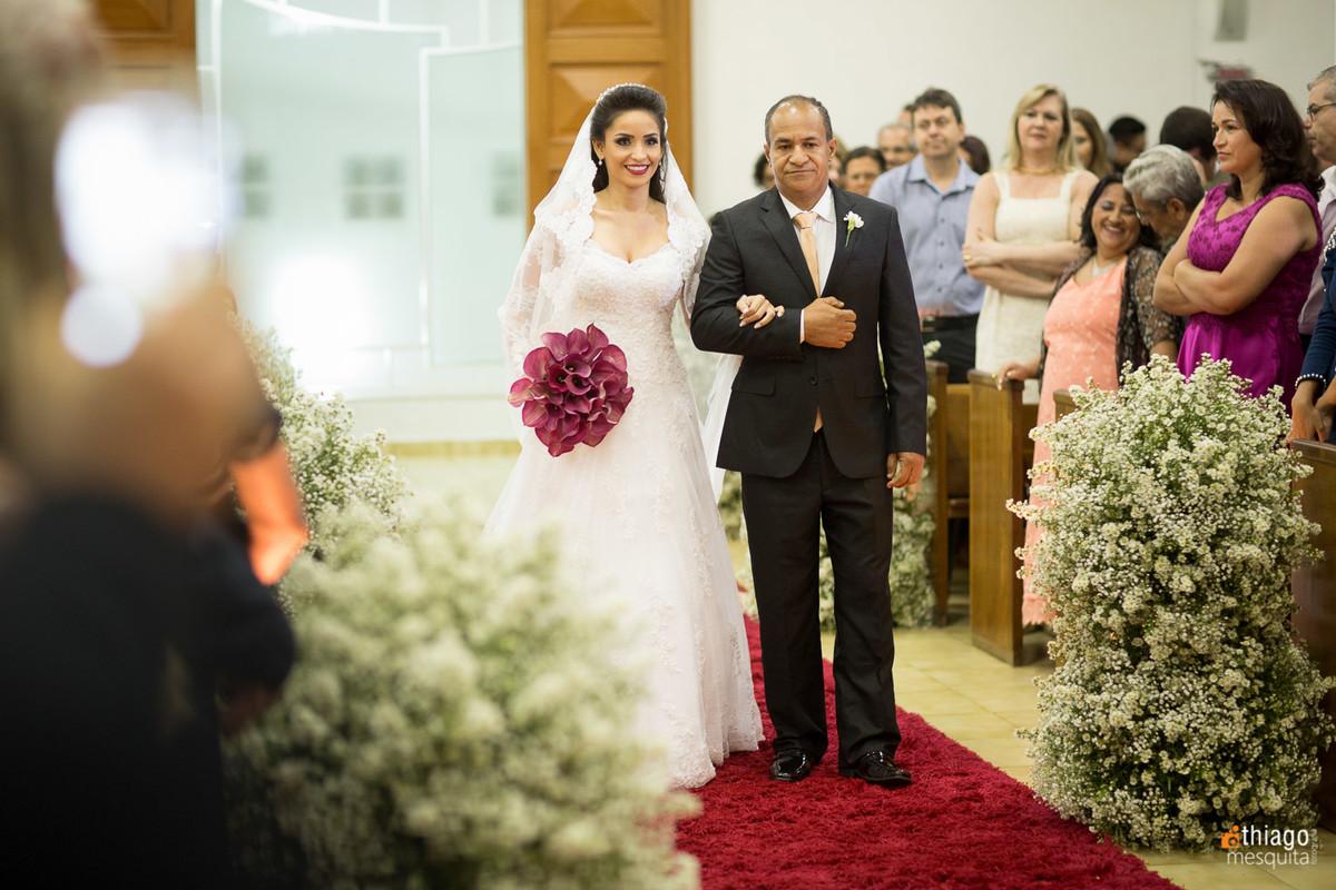 entrada da noiva no corredor da igreja presbiteriana central de uberlandia