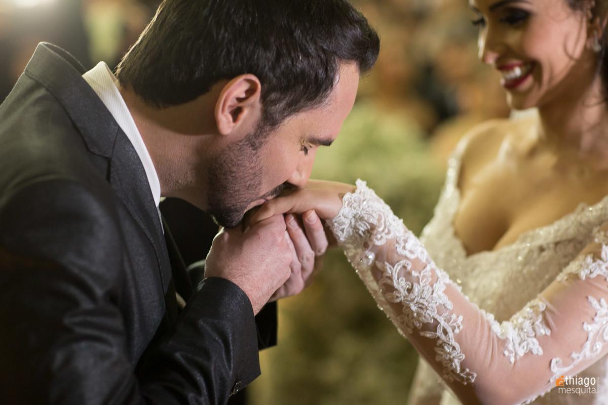 beijando a mão da noiva