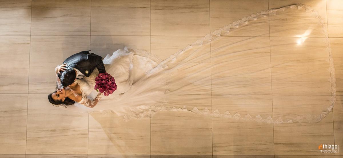 Vista de cima noivos e véu aberto