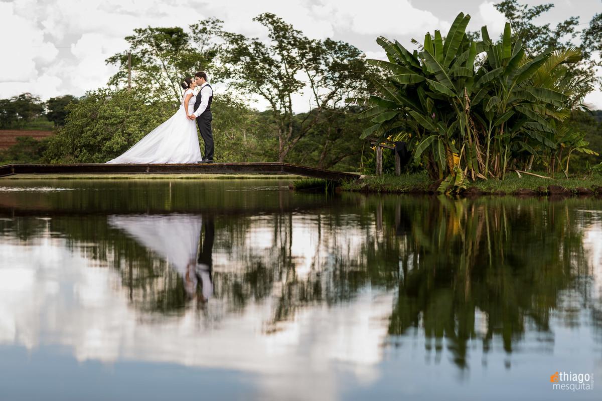 reflexo dos noivos em espelho d'agua