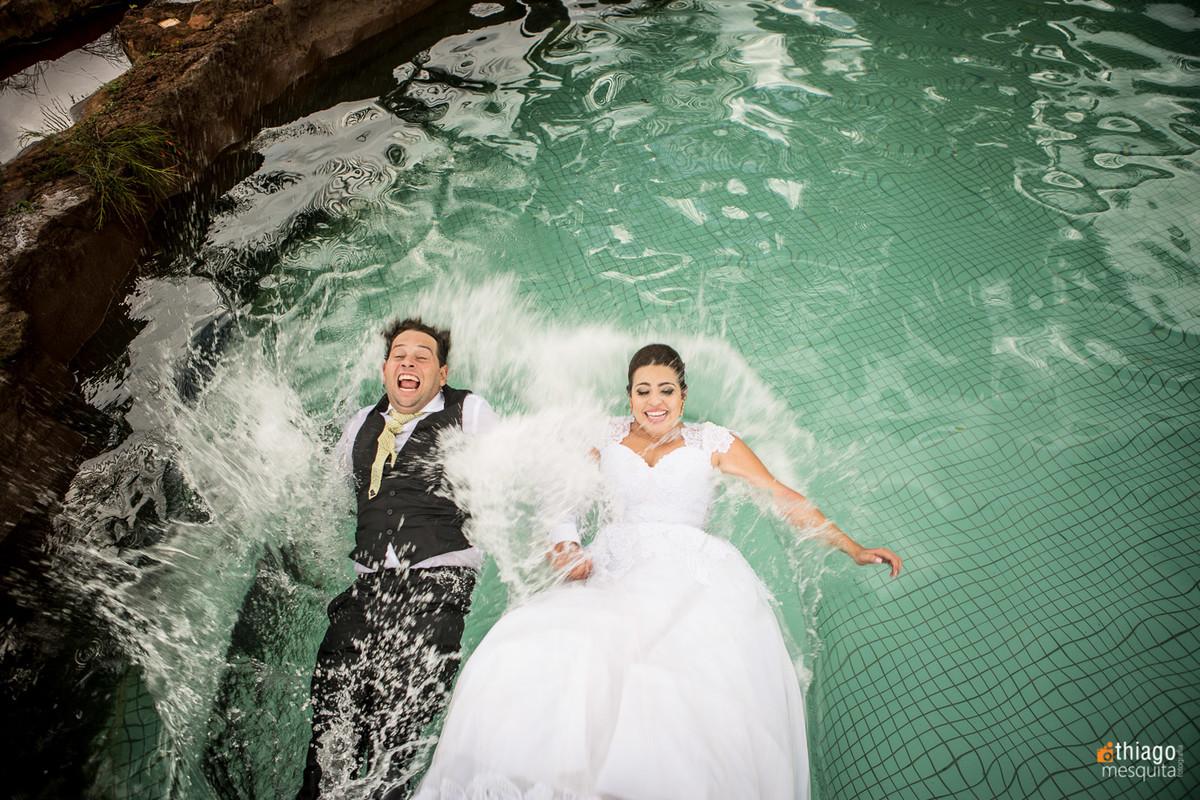 splash com noivos na piscina