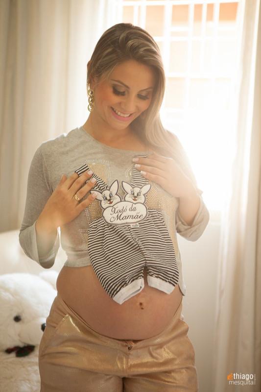 foto de gestante com roupinha do bebê - por Adriana Mesquita