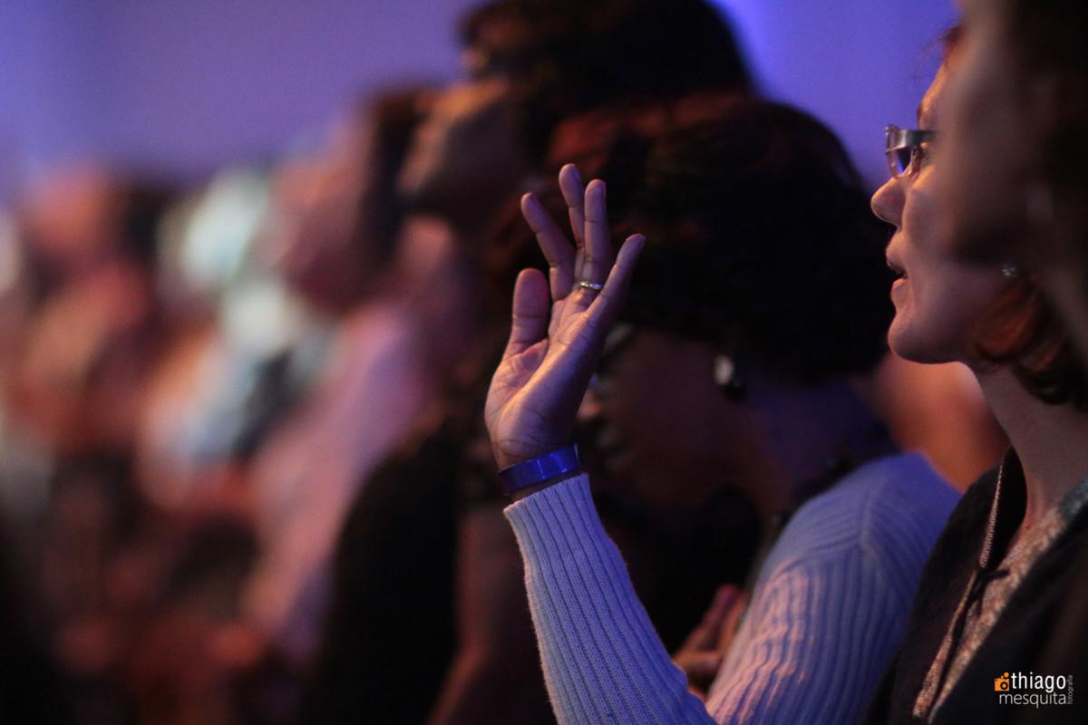 mãos em adoração