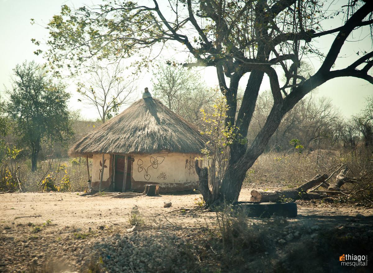 casa de saibro em moçambique e telhado de palha