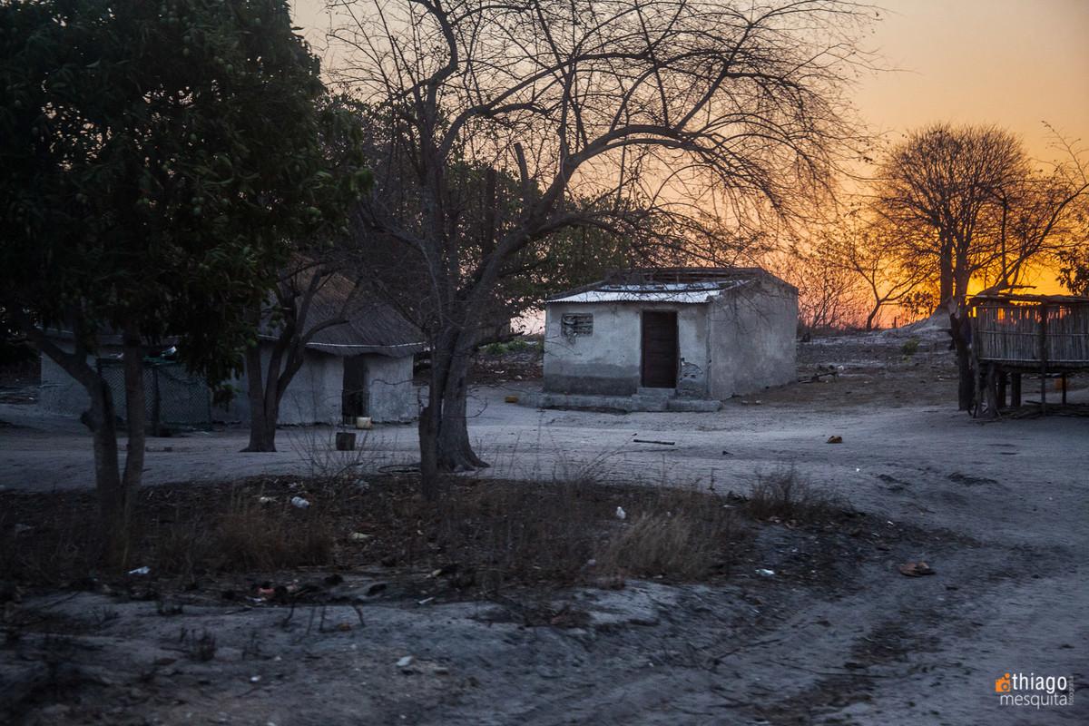 por do sol na áfrica em Moçambique - pela estrada