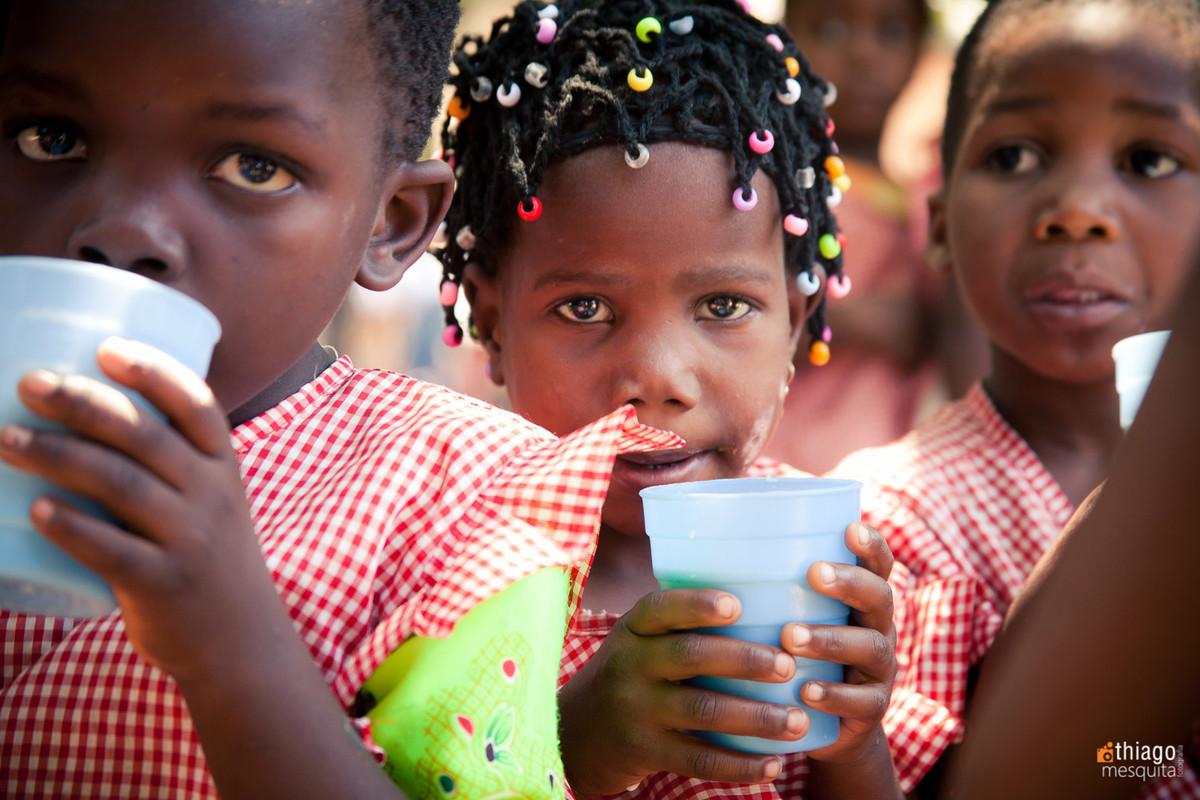 alimentando crianças na africa - leite - ong missao africa