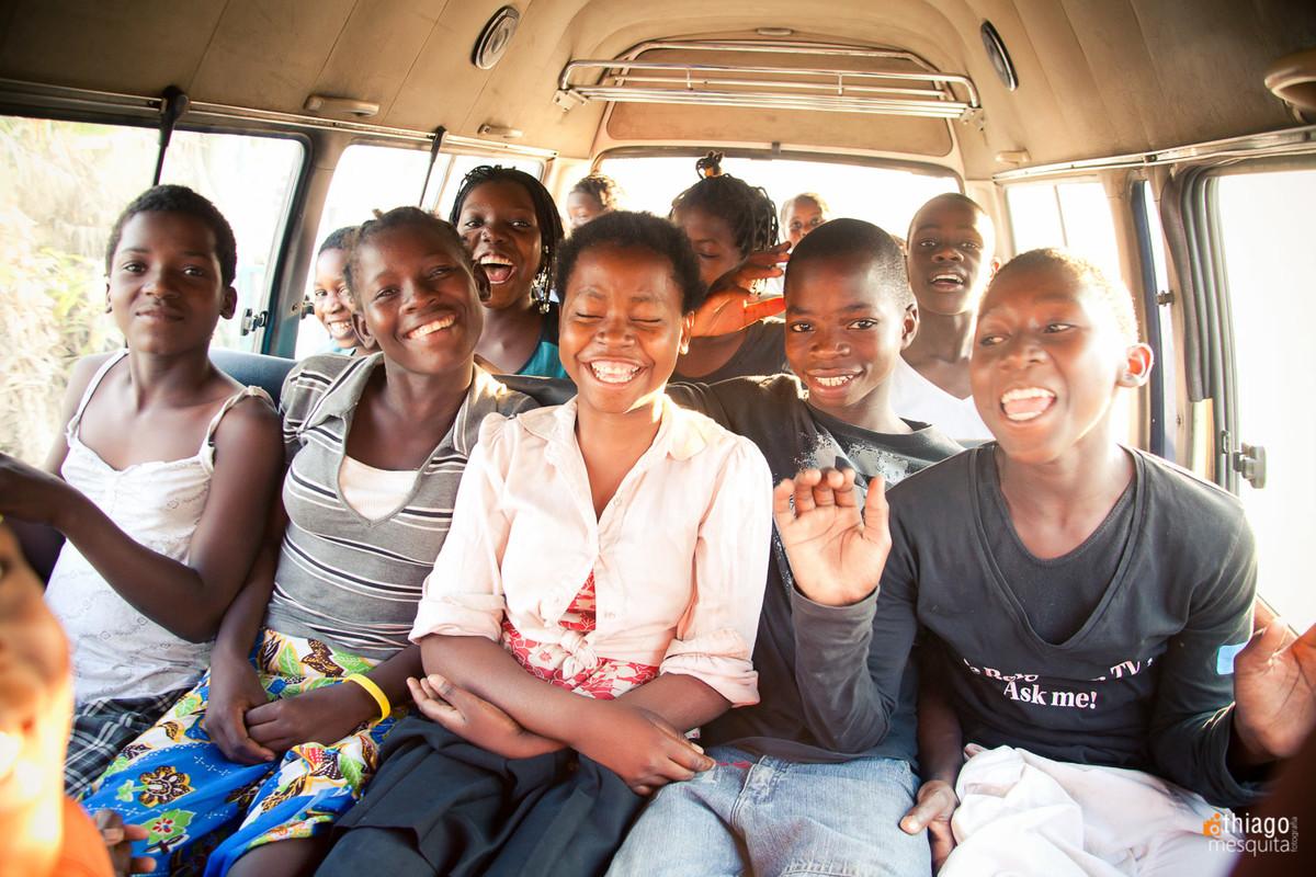 crianças africanas na van escolar - por Thiaog Mesquita