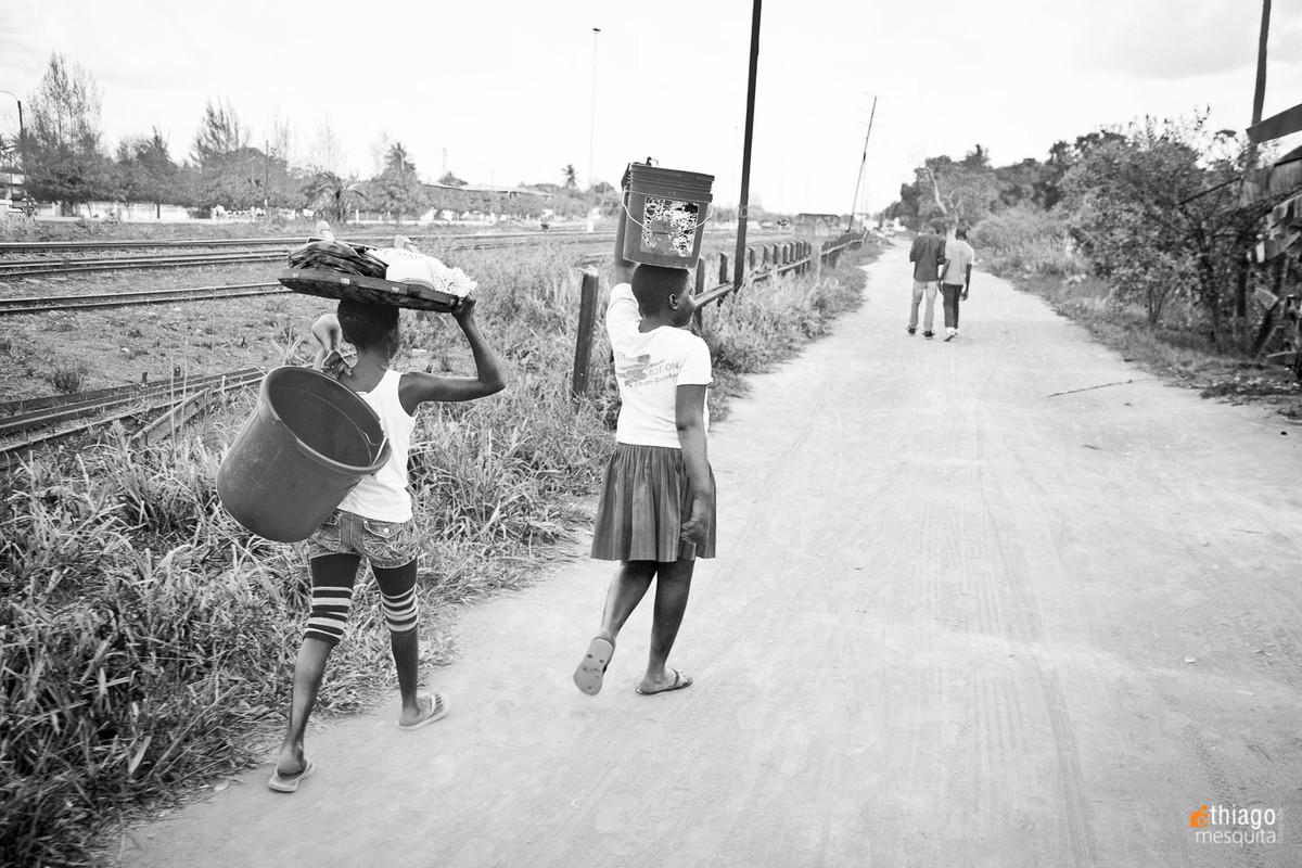 transportando balde de água na cabeça - crianças africanas - ong missão áfrica