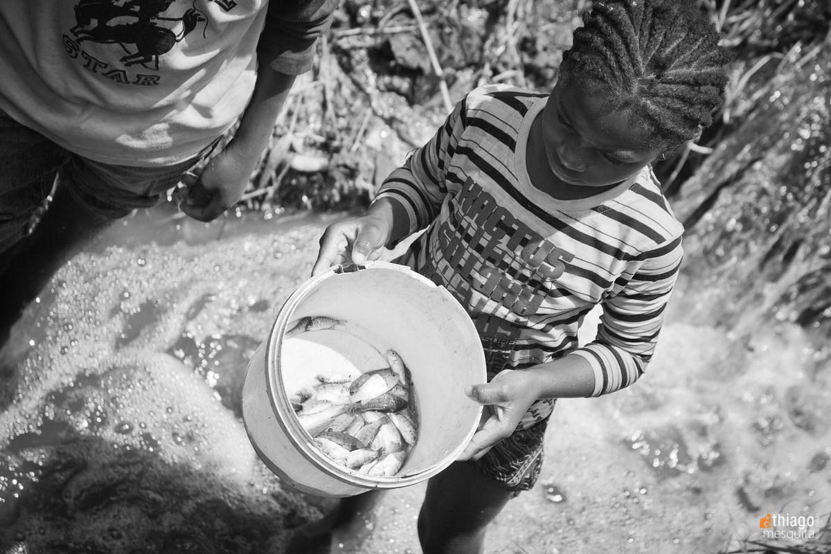 comida do dia - peixe pescado por crianças na áfrica - alimentação pobre, subnutrição na áfrica