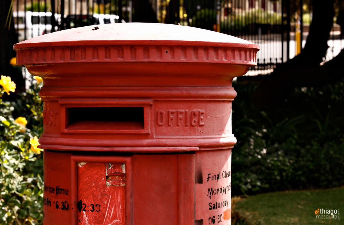 red post office box - caixa de correio vermelha em bluemfontein - south africa