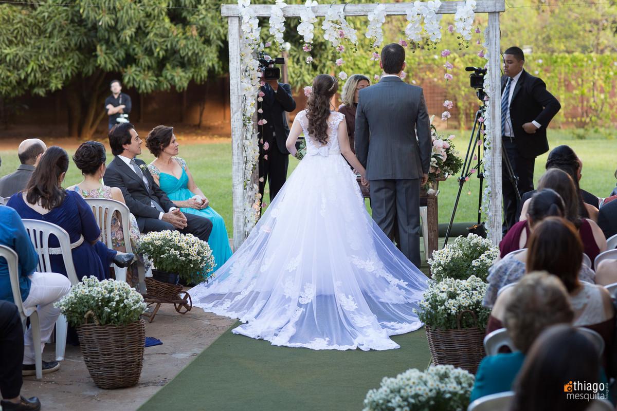 vestido de noiva - casamento no fim de tarde no espaço Villa Alvim uberlândia