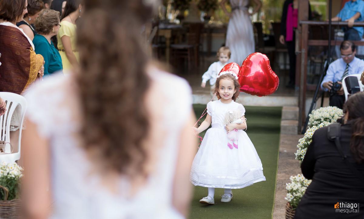 entrada de daminha com balões vermelhos de coração