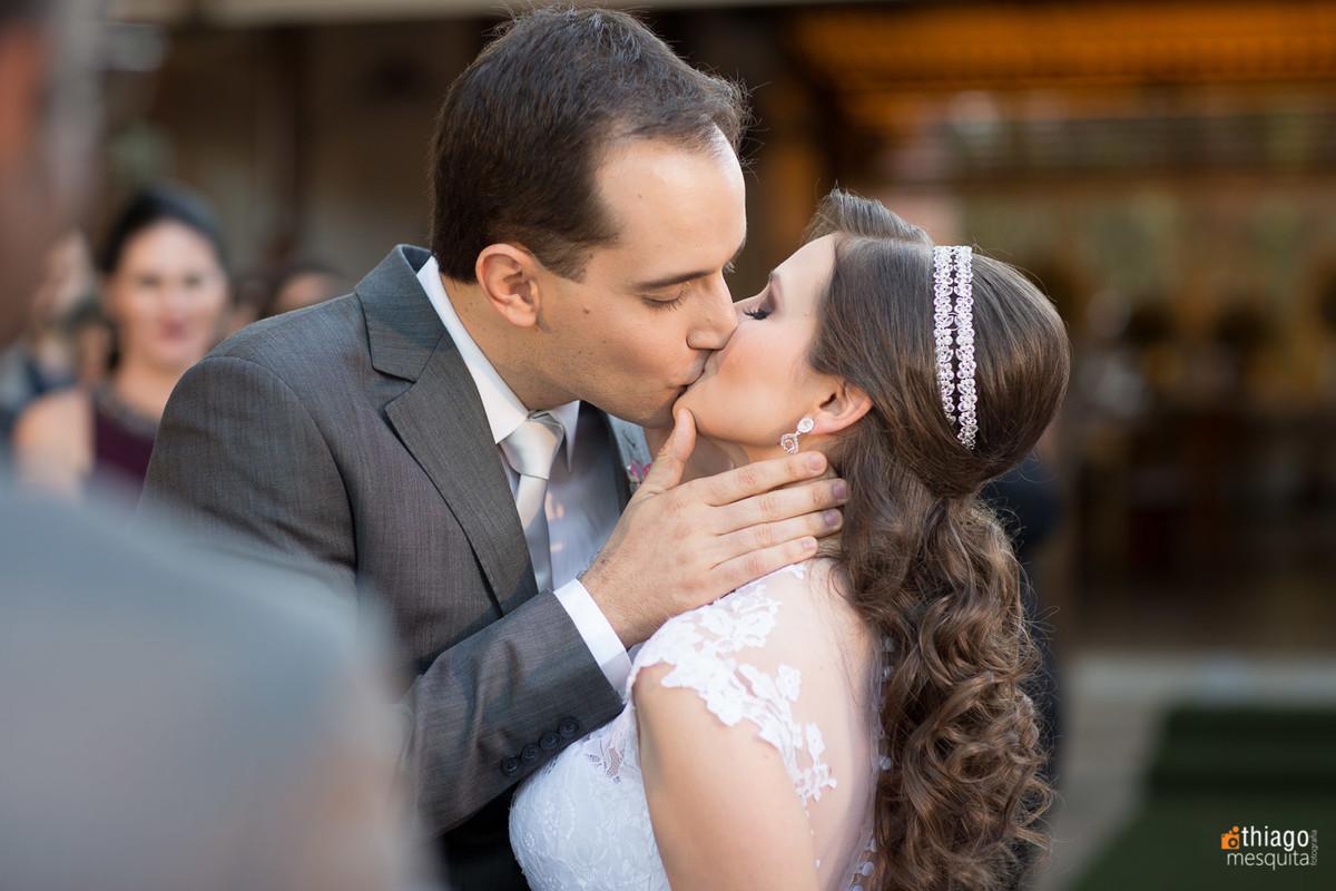 casamento em uberlândia no villa alvim - beijo do casal - por Thiago Mesquita