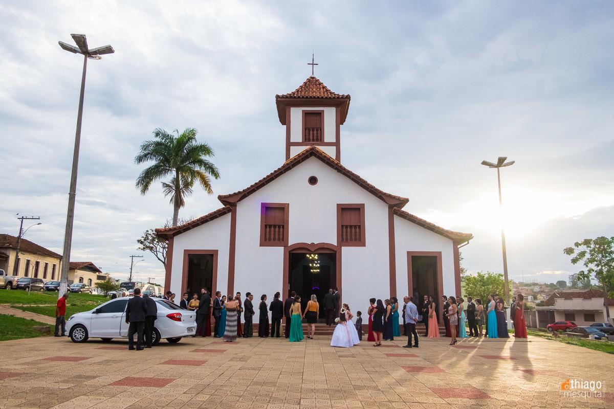 vista da igreja com os convidados registrada pelo fotógrafo de casamento Coromandel MG Thiago Mesquita numa linda tarde de amor