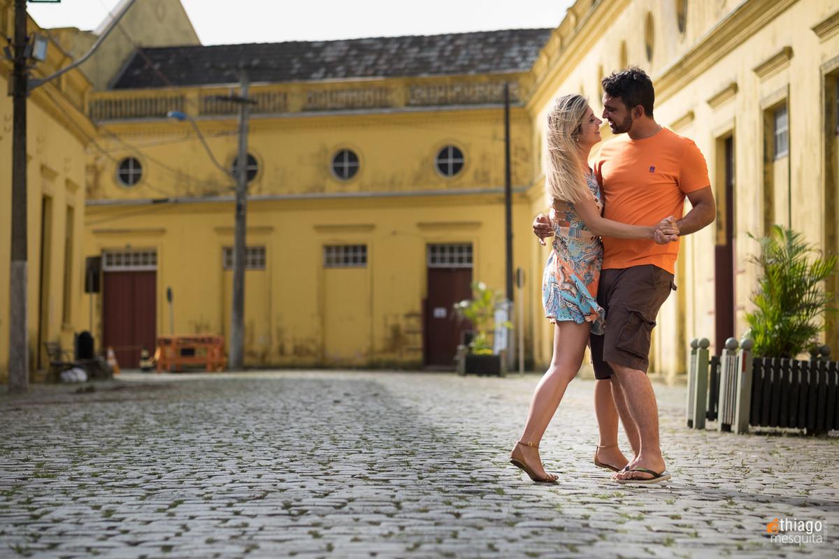 fotografia de casal nas ruas de Joinville