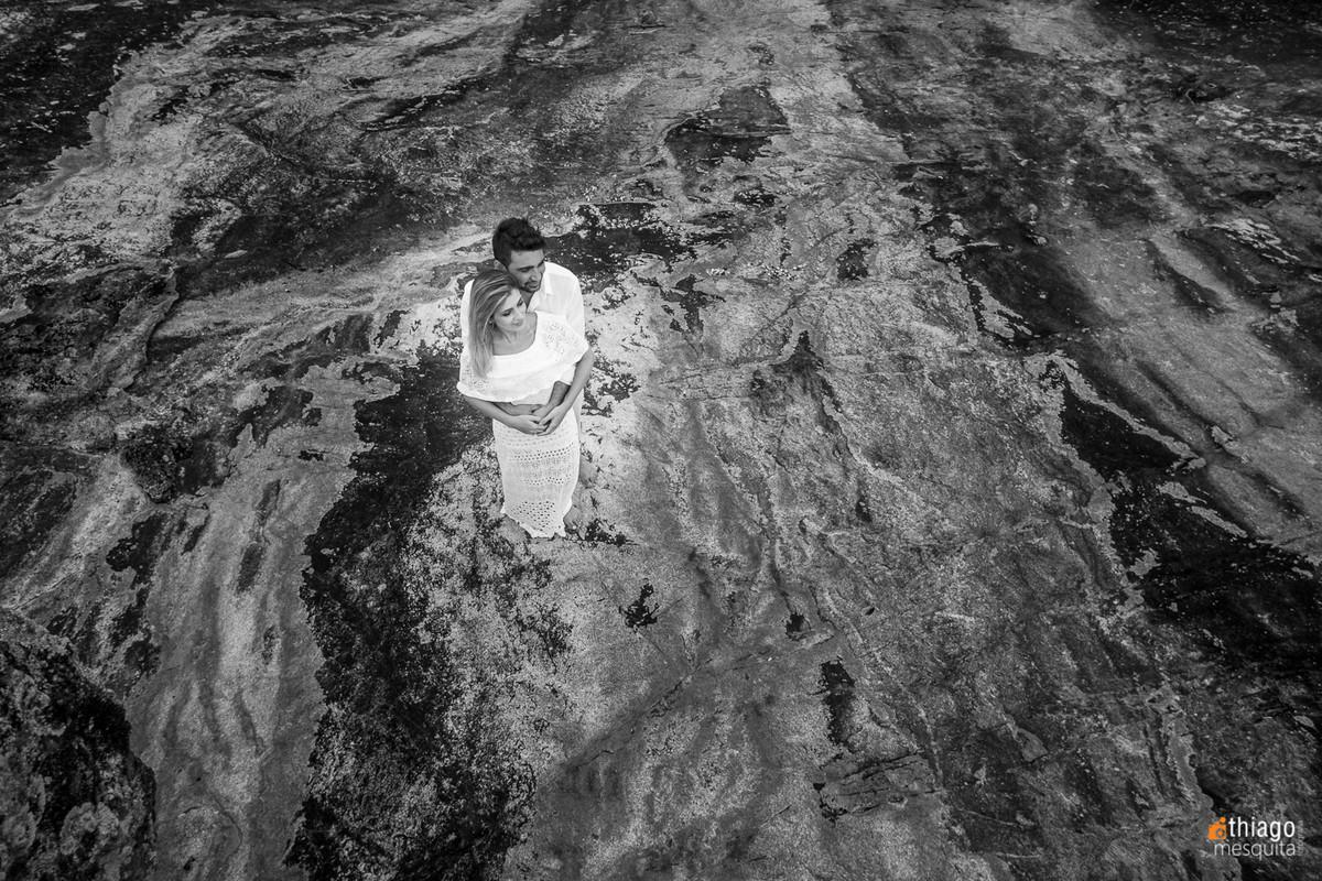 Fotografia de casal nas rochas de São Francisco do Sul em Santa Catarina