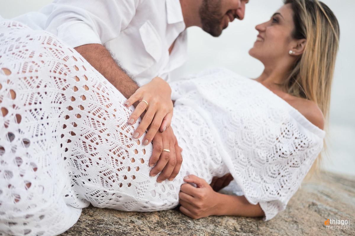 sessão de casal com roupas de praia em Joinville